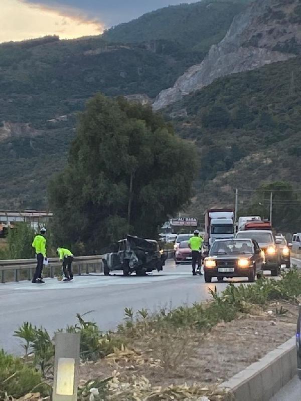 Minibüs ve kamyonet ile çarpışan otomobil alev topuna döndü: 2 yaralı - Sayfa 1