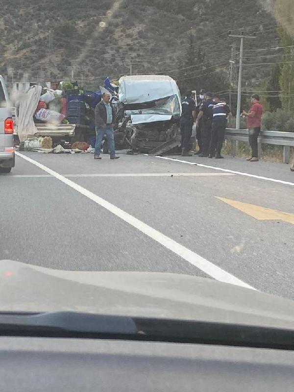 Minibüs ve kamyonet ile çarpışan otomobil alev topuna döndü: 2 yaralı - Sayfa 2
