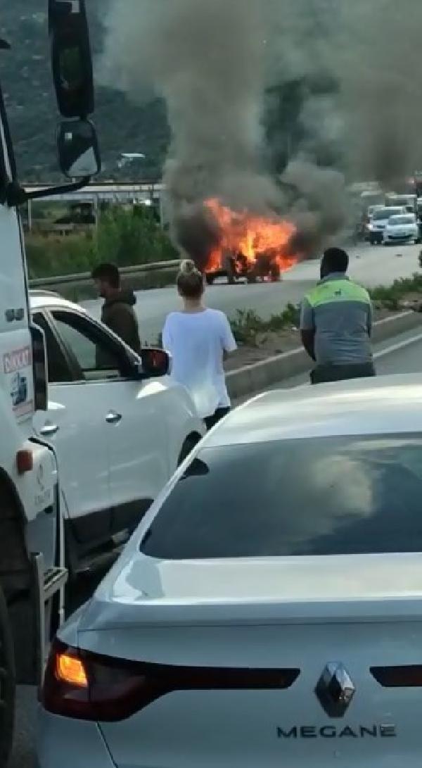 Minibüs ve kamyonet ile çarpışan otomobil alev topuna döndü: 2 yaralı - Sayfa 3