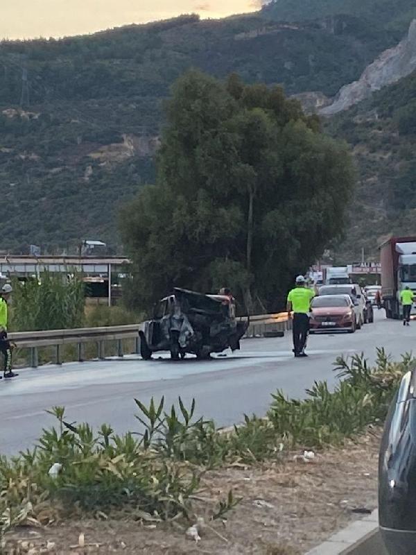 Minibüs ve kamyonet ile çarpışan otomobil alev topuna döndü: 2 yaralı - Sayfa 4
