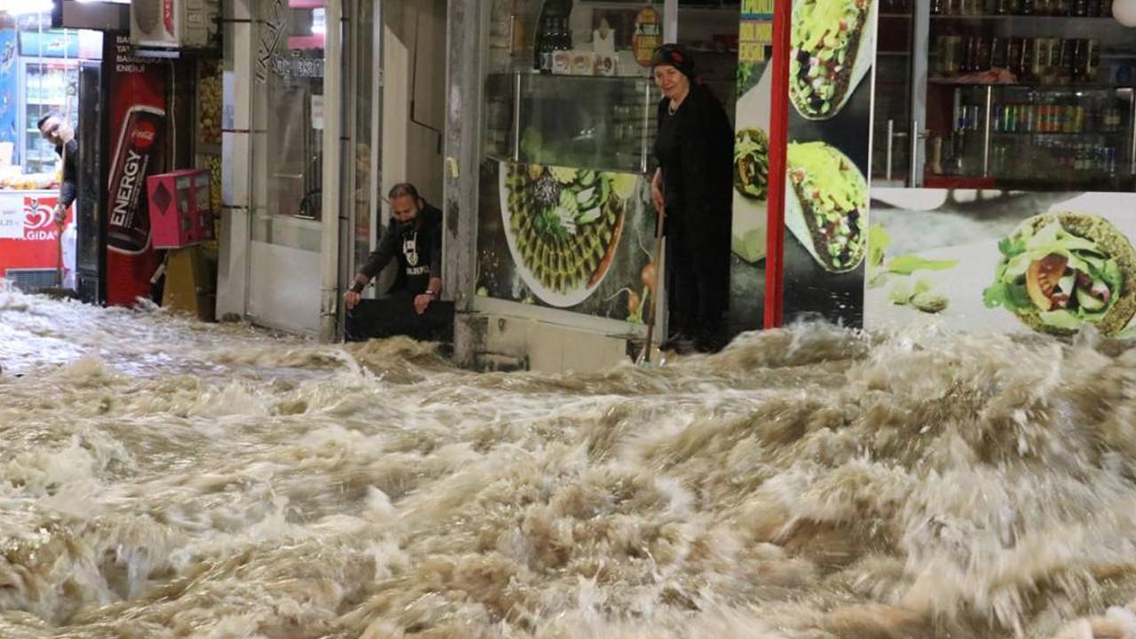 Sivas'ta caddede patlayan su borusu nedeniyle dükkanları su bastı