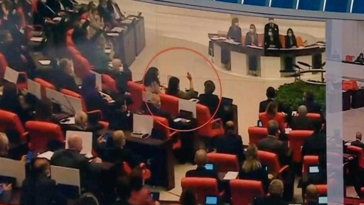 HDP'li Pervin Buldan tezkereye evet oyu verdi - Yanındakiler elini indirmeye çalıştı ama...