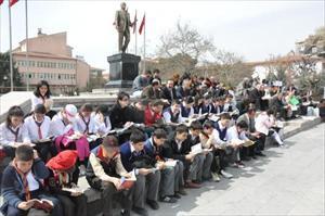 Atatürk Anıtı Merdivenlerinde Kitap Okudular