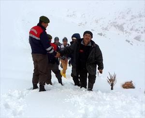 Karda Mahsur Kalan Öğretmen Ve Öğrencileri Jandarma Kurtardı