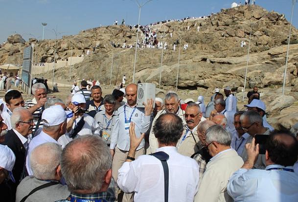 Alevi dedeleri ve Bektaşi babaları Arafat'ta dua etti