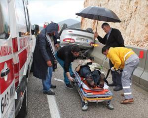 Sağlık Görevlilerinin Müdahale Ettiği Yaralıları Yağmurdan Şemsiye İle Korudular