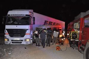 TIR yolcu minibüsü ile çarpıştı: 3'ü ağır, 13 yaralı
