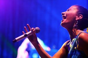 Konserde o şarkıyı söylerken gözyaşlarını tutamadı