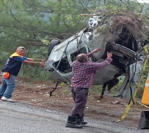 Uçuruma yuvarlanmış araçta 2 ceset bulundu