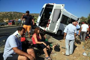 Turist minibüsü kaza yaptı: 15 yaralı
