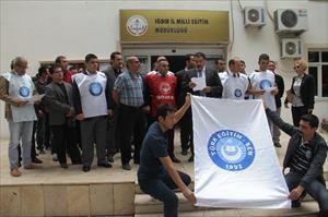 Öğretmenlerden kravatlı protesto