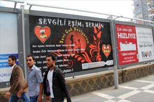 Dev billboardla eşinden özür diledi