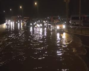 İzmir'de yağmur su baskınlarına yol açtı