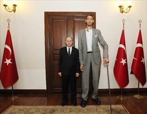 Dünyanın en uzun adamından yeni Valiye ziyaret