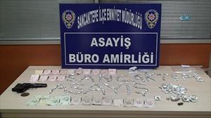 Bonzai tacirleri kadın polise yakalandı