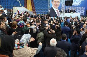 Davutoğlu'na coşkulu karşılama