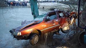 Otomobille nehre uçtular