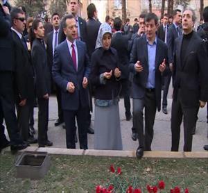 Davutoğlu kana bulanan caddeyi ziyaret etti