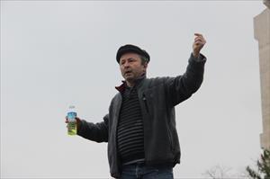 Benzinli eylemciyi protokole oturttu