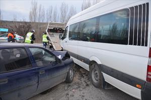 İşçi servisi ile otomobil çarpıştı: 14 yaralı