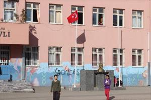 İndirilen Türk bayrağının yerine yenisi asıldı