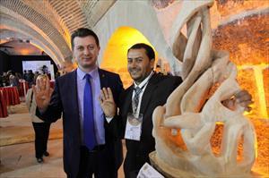 Mısırlı sanatçı AK Parti rozetini görünce