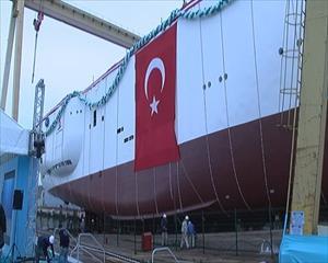 Sismik araştırma gemisi denize indiriliyor