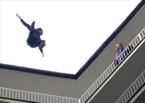 İntihar girişimi kamerada... 10. kattan böyle atladı