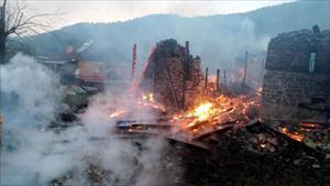 Köyde yangın: 5 ev, 1 samanlık ve 2 otomobil yandı