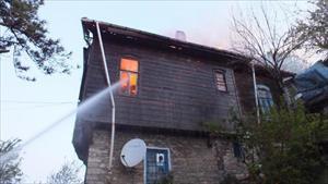 Kastamonu'da 2 katlı ahşap ev yandı