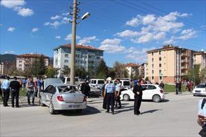 Kaldırımda yürürken otomobilin çarptığı genç öldü