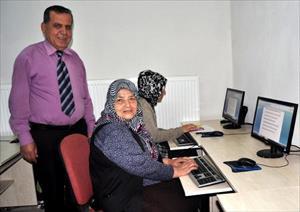 Almanya'daki kızıyla yazışmak için klavye kullanmayı öğreniyor