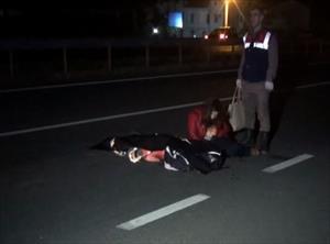 Kaza yapan aracına bakarken iki araç üzerinden geçti