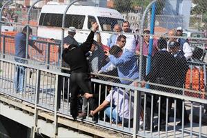 Köprüdeki intihar girişimini polis sonlandırdı