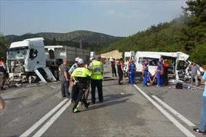 Cezaevi minibüsü TIR'la çarpıştı: 3 ölü, 6 yaralı