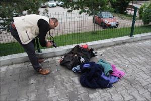 Bomba korkusu yaratan çantadan kıyafetler çıktı