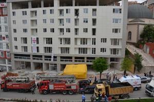 Kızını yanına alıp inşaat halindeki binanın 5'inci kat balkonuna çıktı