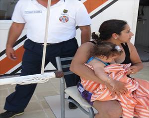 10 aylık çocuk simitle denize sürüklendi