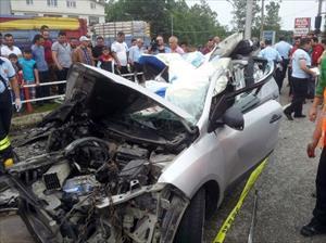 Araç hurdaya döndü: 2 ölü, 1 yaralı