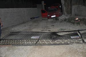 Otomobil demir kapıya çarptı, sürücü öldü