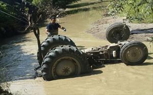 Balık tutmak isterken traktörün altında kaldı