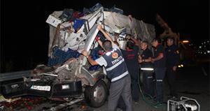 TIR ile sebze kamyonu çarpıştı:1 ölü!