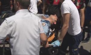 Kavgayı ayırmaya çalışan polis bıçakla yaralandı