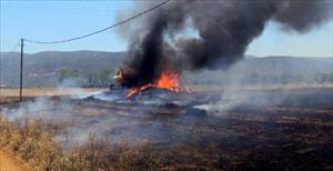 Saman balyaları elektrik teline takıldı, kamyon yandı