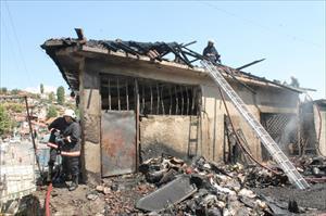 Başkent'te içi köpek dolu binada yangın çıktı