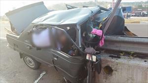 Bariyerlere çarpan otomobil ikiye bölündü