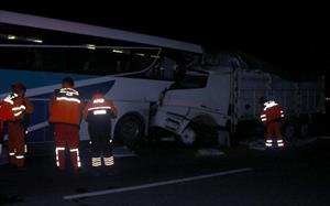 Yolcu otobüsü ile kamyon çarpıştı: 16 yaralı