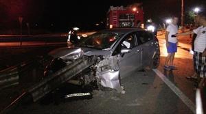 Otomobil bariyerlere ok gibi saplandı: 1'i ağır, 5 yaralı