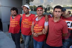 CHP İl binasına kendilerini zincirleyen taşeron işçiler gözaltına alındı