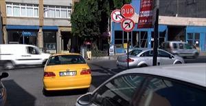 Bu trafik tabelası şaşırtıyor: Hem sağa hem sola dönüş yasak !